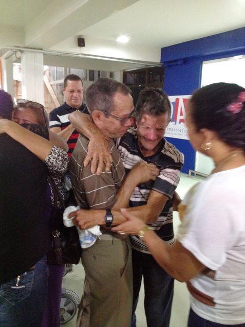 Manuel e Raimundo se encontram no aeroporto de Macapá depois de 40 anos. Fotos: família e André Silva