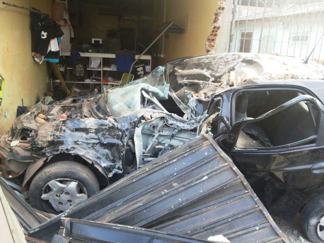 Carro e o prédio ficaram destruídos