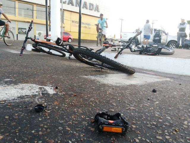 As duas bicicletas ficaram sem as rodas traseiras