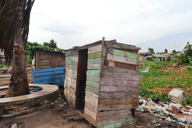 Banheiros feitos de madeira são usados pelos moradores