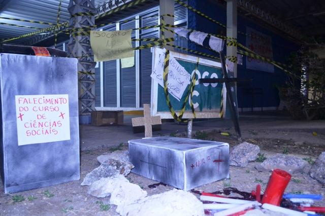 Estudantes fizeram o enterro simbólico do curso. Fotos: André Silva