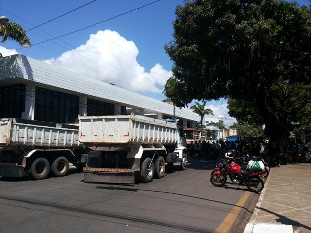 Caçambas e motos foram usadas para bloquear a Avenida FAB
