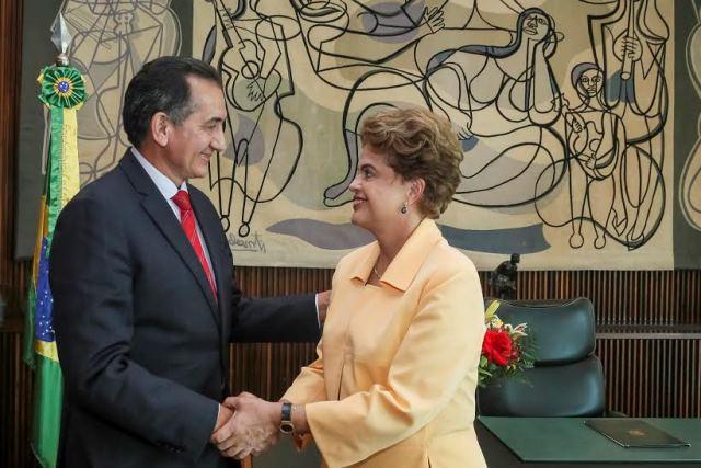 Brasília - DF, 14/12/2015. Presidenta Dilma Rousseff durante encontro com o Governador do Estado do Amapá, Waldez Góes no Palácio da Alvorada. Foto: Roberto Stuckert Filho/PR