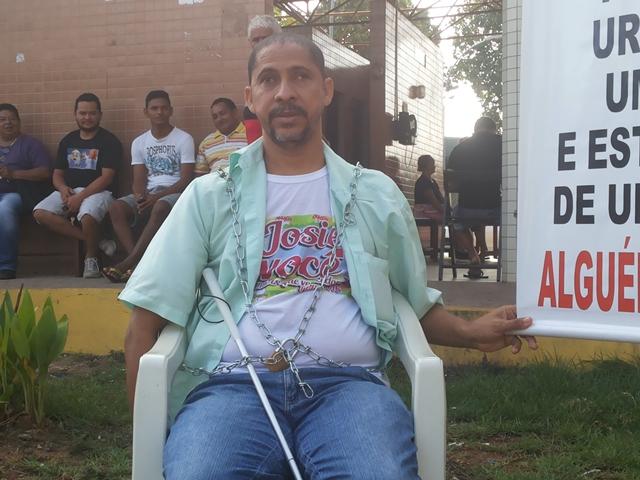 Paulo Rogério acorrentado em uma cadeira, na segunda-feira, 4. Fotos: Cássia Lima