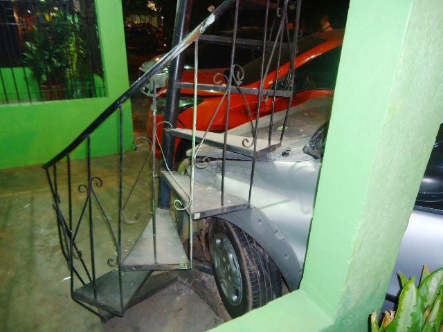Parte do pátio da carro foi destruída. Não havia ninguém na hora do acidente