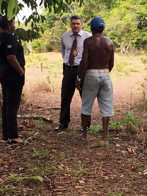 O agressor conversando com o delegado Sávio Pinto no dia 12: zoofilia