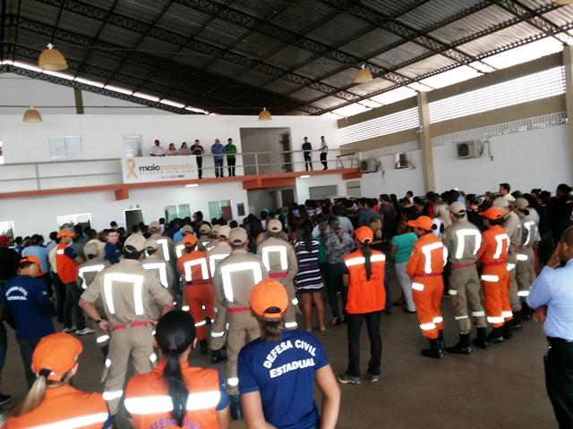 Funcionários e equipes da Defesa Civil ouvem instruções antes de começar o trabalho. Fotos: André Silva