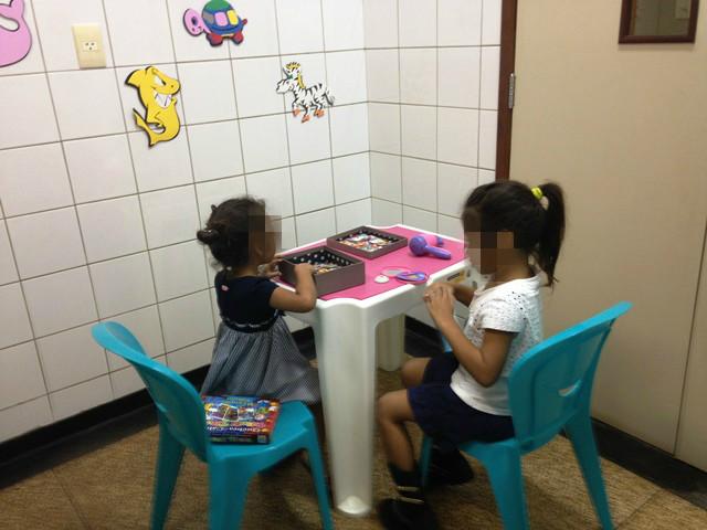 Crianças sendo atendidas na Politec: elas chegam chorando, assustadas, mas são convidadas a brincar