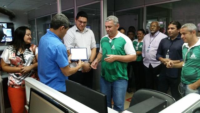 Recebendo placa de homenagem prestada pela Rede Amazônica