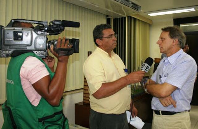 Com o cinegrafista Inival Silva. 18 mil reportagens