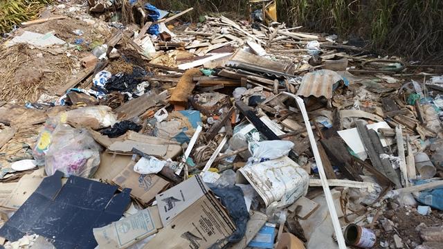 Sacos de lixo se misturam a entulhos