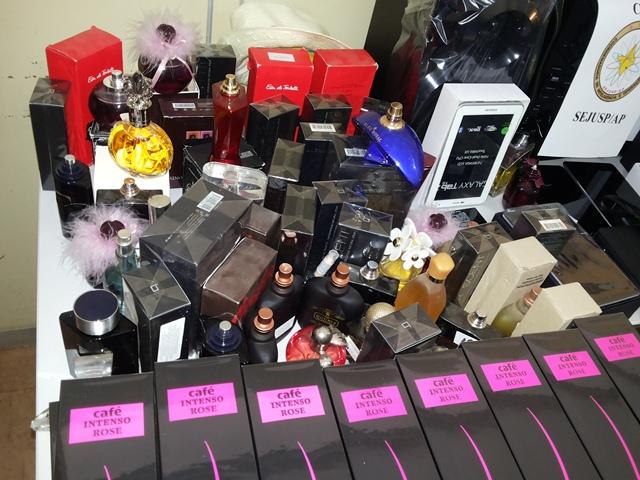 Mais de 100 frascos de perfume foram encontrados com a quadrilha