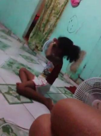 Menina chora após as agressões. Fotos: reprodução