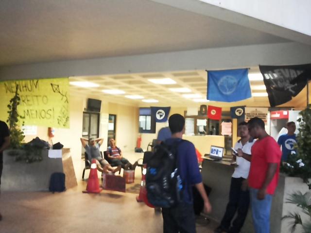 Muitos estudantes passaram a noite no prédio ocupado desde a tarde de terça-feira, 26