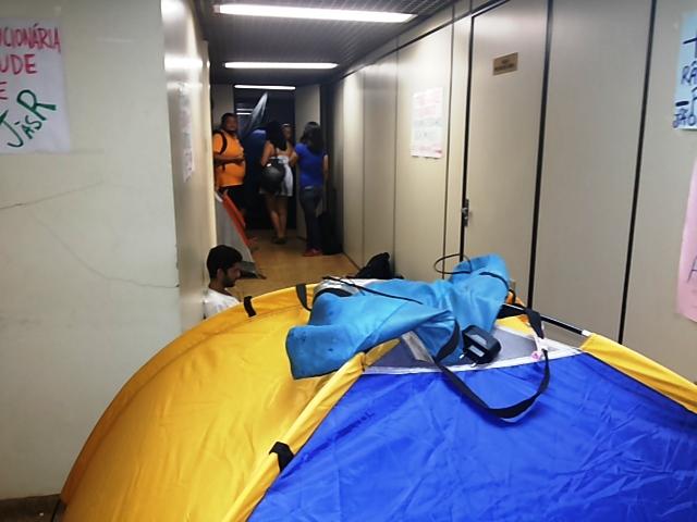 Os estudantes armaram barracas dentro do prédio. Fotos: André Silva