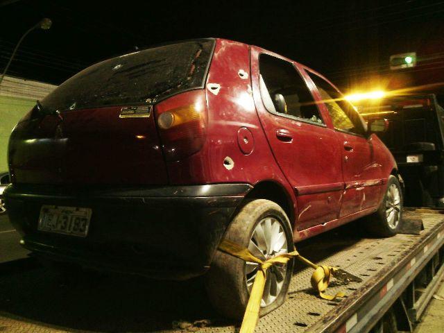 Carro usado pelos assaltantes também crivado de tiros. Fotos: Olho de Boto