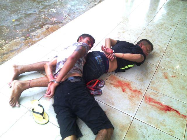 A dupla tombou na moto quando ia iniciar a fuga e acabou sendo dominada. Fotos: Olho de Boto