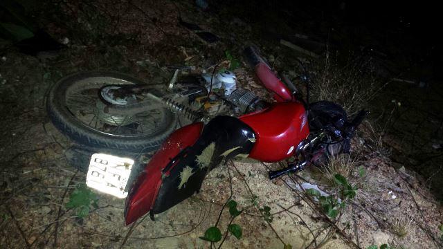 Os bandidos abandonaram a moto e tentaram fugir pelo mato. Fotos: Olho de Boto