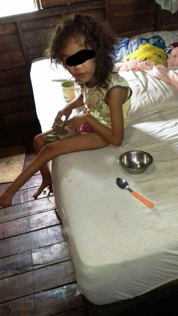 Menina com deficiência física estava numa cama. Local muito sujo, disse um policial