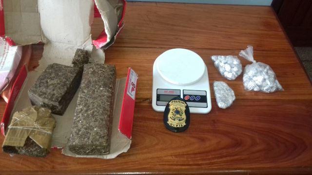 Sacos com o que parece ser crack também foram encontrados na residência