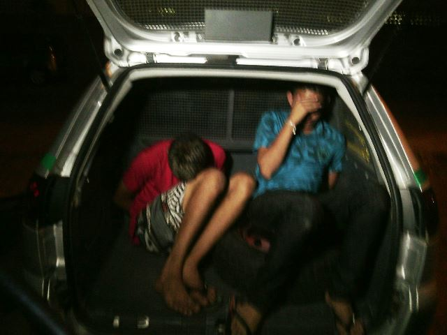 Policiais cercaram os menores que estavam armados na hora do assalto. Fotos: Olho de Boto