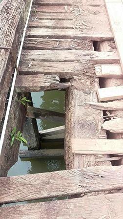 Vários trechos da ponte oferecem risco. Fotos enviadas por moradores
