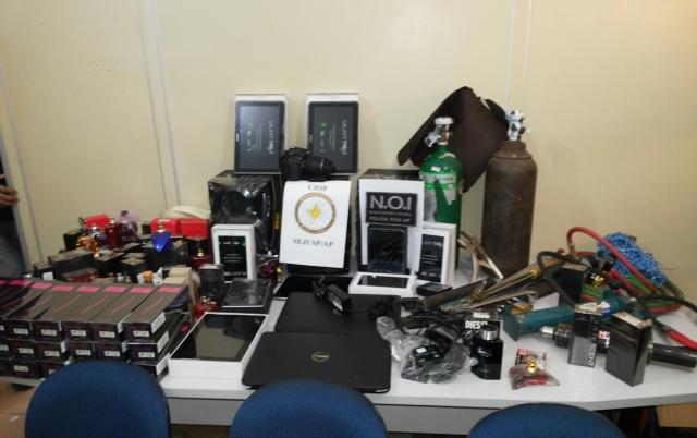 A quantidade de produtos roubados surpreendeu a polícia. Fotos: Cássia Lima