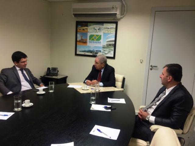 O senador conversou com o presidente da Infraero, Gustavo do Vale. Foto: Ascom