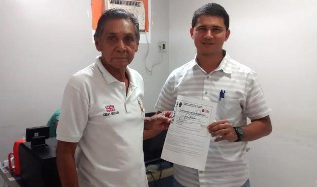 Seu José recebeu a licença para estacionar em vaga para idosos. Fotos: Cássia Lima