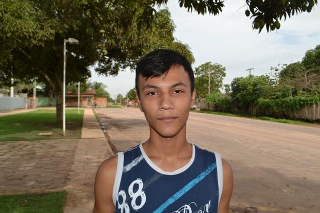 """Ângelo Silva, 16 anos, estudante. """"Acredito que falta melhorar a saúde. Os médicos atendem precariamente e têm poucas especialidades. Precisamos de mais um hospital na cidade que atenda todas as especialidades""""."""