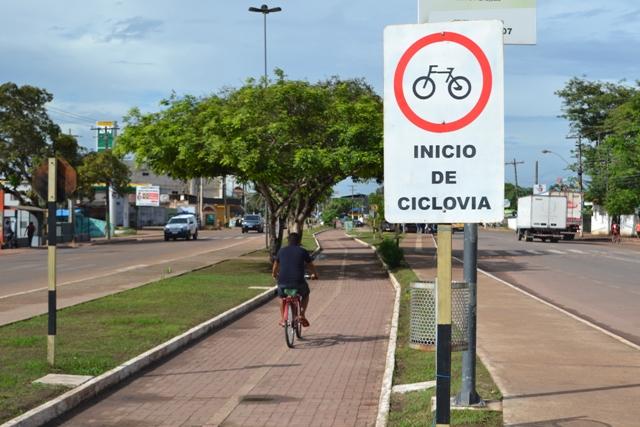 Ciclovia na Avenida Tancredo Neves, um dos raros corredores para bicicletas. Fotos: André Silva