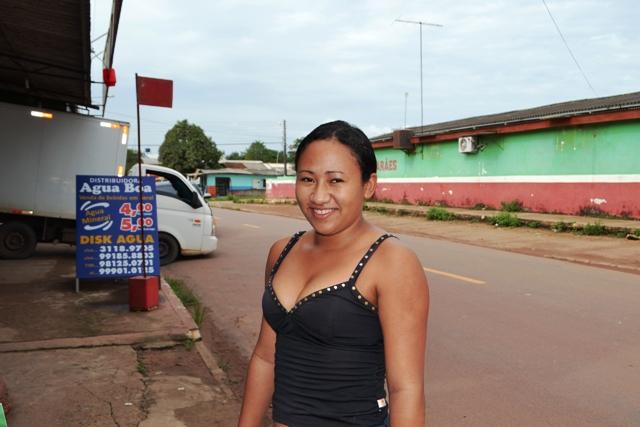 """Franciane dos Santos, 20 anos, dona de casa """"Falta mais postos de saúde, praças e entretenimento. As praças que a gente costuma ir estão todas em obra, inclusive as daqui do bairro Jardim Felicidade I"""""""
