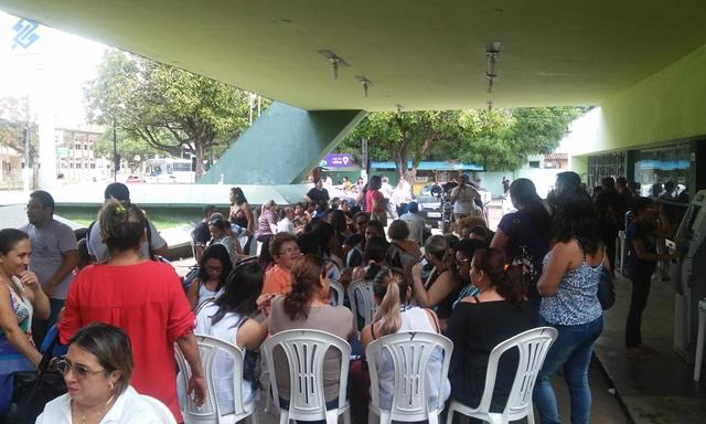 Cerca de servidores se aglomeram em frente ao prédio da Sesa, no Centro da Cidade
