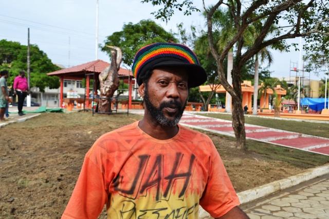 """Marcos Martins, 47 anos, professor e músico """"Falta saneamento básico e iluminação pública de qualidade. Essas luzes que eles usam nesses postes são muito fracas, amarelas, não iluminam nada"""".]"""