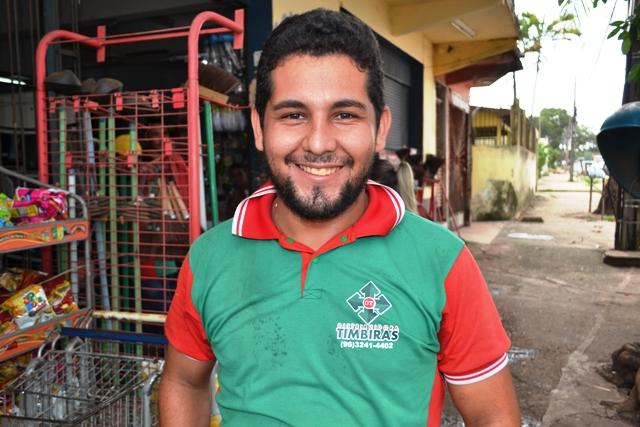 """Renato Pontes, 23 anos, motorista de caminhão """"Falta mais oportunidade de emprego para os jovens e para a população em geral. Acho que as oportunidades que oferecem aqui são muito fechadas a um certo grupo da sociedade"""" """"Falta mais entretenimento. Temos poucas opções de diversão na cidade e as que tem, como as praças, estão todas fechadas"""""""