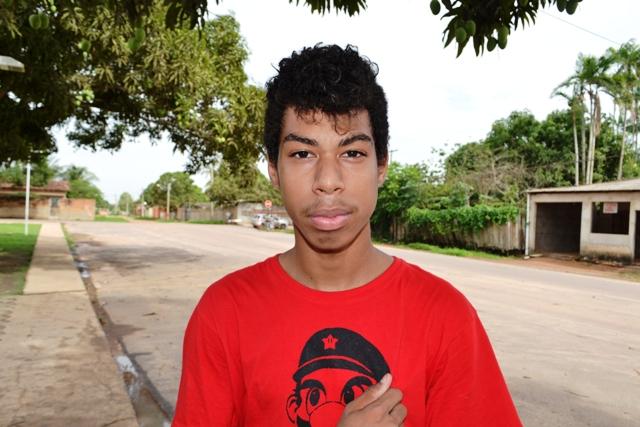 """Vitor Batista Rios , 17 anos, estudante. """"Faltam mais ruas asfaltadas, principalmente aqui no Novo Horizonte. Algumas ruas já foram pavimentadas, mas outras não viram asfalto desde que o bairro foi criado""""."""