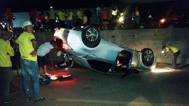 Motorista disse não ter visto o fim da pista lateral. Fotos: Seles Nafes