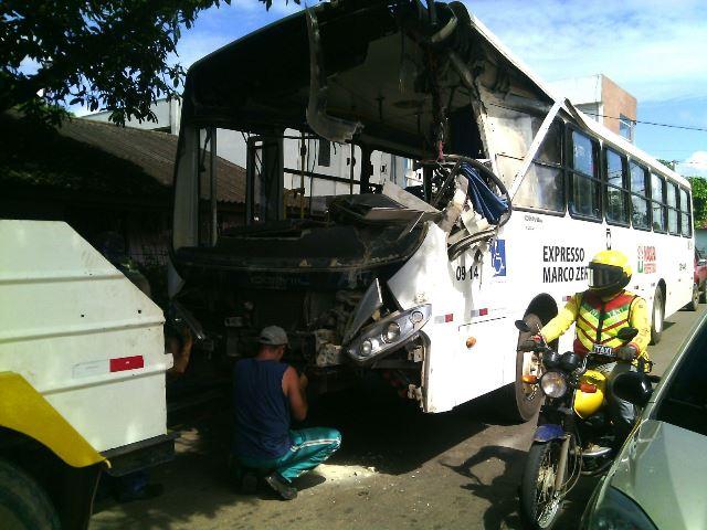 Impacto destruiu a frente do veículo. Fotos: Olho de Boto