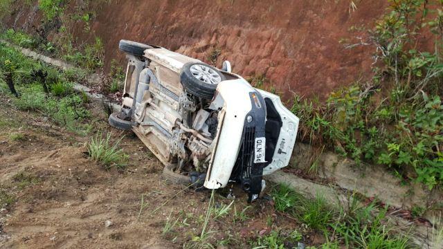 Um dos carros capotou e o motorista morreu na hora