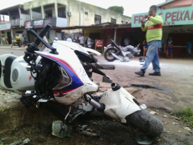 Motos ficaram destruídas. Comerciantes usaram extintores de incêndio para impedir explosões: Fotos: Olho de Boto