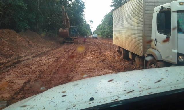 Uma empresa com poucas máquinas tenta fazer a manutenção em 170 quilômetros de estrada de barro. Fotos: