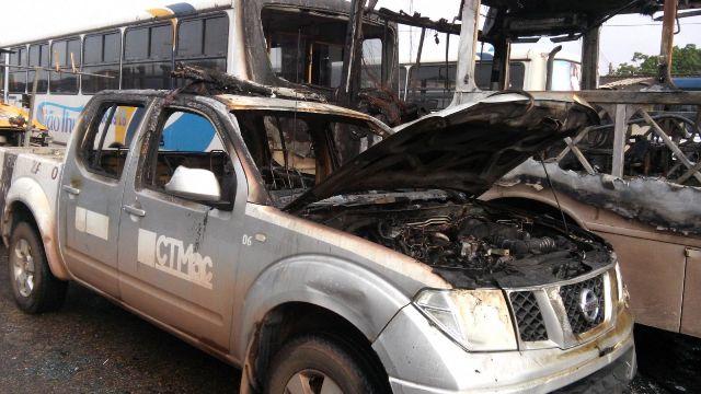 Uma viatura foi destruída e a outra danificada parcialmente. Fotos: Olho de Boto