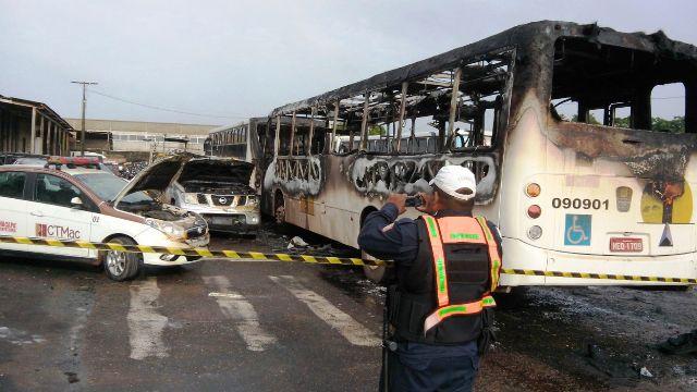 Além do ônibus da Expresso Marco Zero, um ônibus da Sião Tur foi destruído