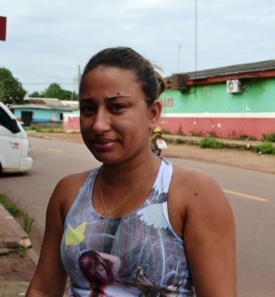 """Flávia Lima, 26 anos, comerciária """"Faltam mais creches para deixarmos nossos filhos para podermos trabalhar. Esses locais tão importantes para as mulheres praticamente inexistem na cidade"""""""
