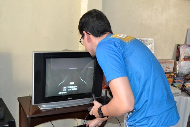 Fabrício joga o Enduro, de 1984
