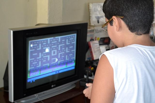 Marvin (meu filho, rs) joja o Pac Man, de 1983
