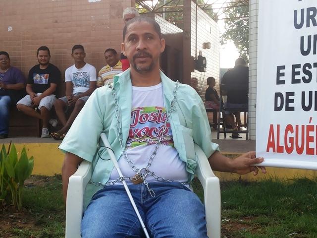 Paulo se acorrentou no dia 5 de janeiro para pressionar pela cirurgia da esposa. Foto: Arquivo