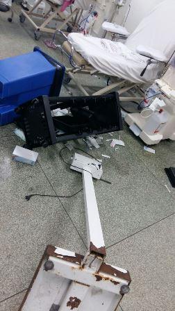 Paciente revoltado jogou lixeiras e uma balança eletrônica no chão