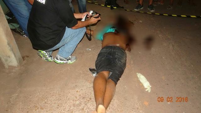 Mateus foi morto com cinco tiros. 3 foram nas costas. Fotos: Olho de Boto