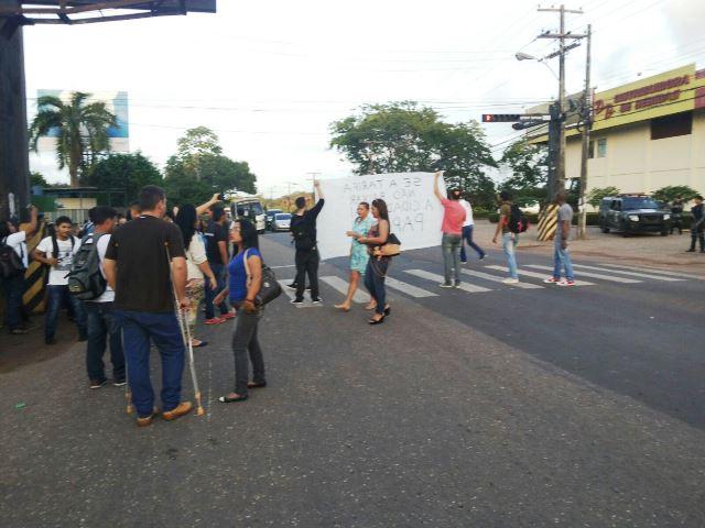 Estudantes chegaram a ocupar por poucos instantes uma das faixas da rodovia. Fotos: André Silva